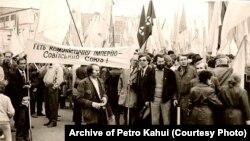 25 березня 1990 рік. Мітинг у Хусті (Закарпатська область), де проходило засідання великої ради Народного руху України. На фото гасло: «Геть комуністичну імперію – Совітський Союз»