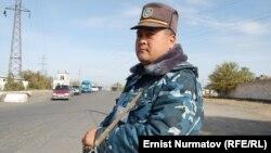 Кыргызский милиционер с автоматом. Ош. Иллюстративное фото.