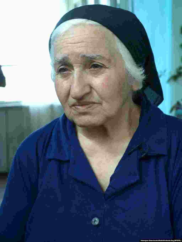 Мешканка села Красне, неподалік Степанакерту, пенсіонерка Нора Балаян живе зі своїм паралізованим чоловіком. Жінка і досі вірить, що її зниклий без вісти син, – живий і неодмінно повернеться додому.