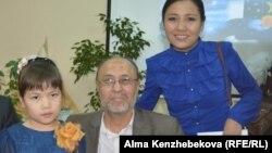 "Публицист сотрудник детского журнала ""Балдырған"" Кул-Керим Елемес (в центре). Алматы, 2 апреля 2015 года."