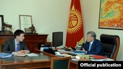 Президент Алмазбек Атамбаев менен Улуттук энергетикалык холдинг компаниясынын төрагасы Айбек Калиев.