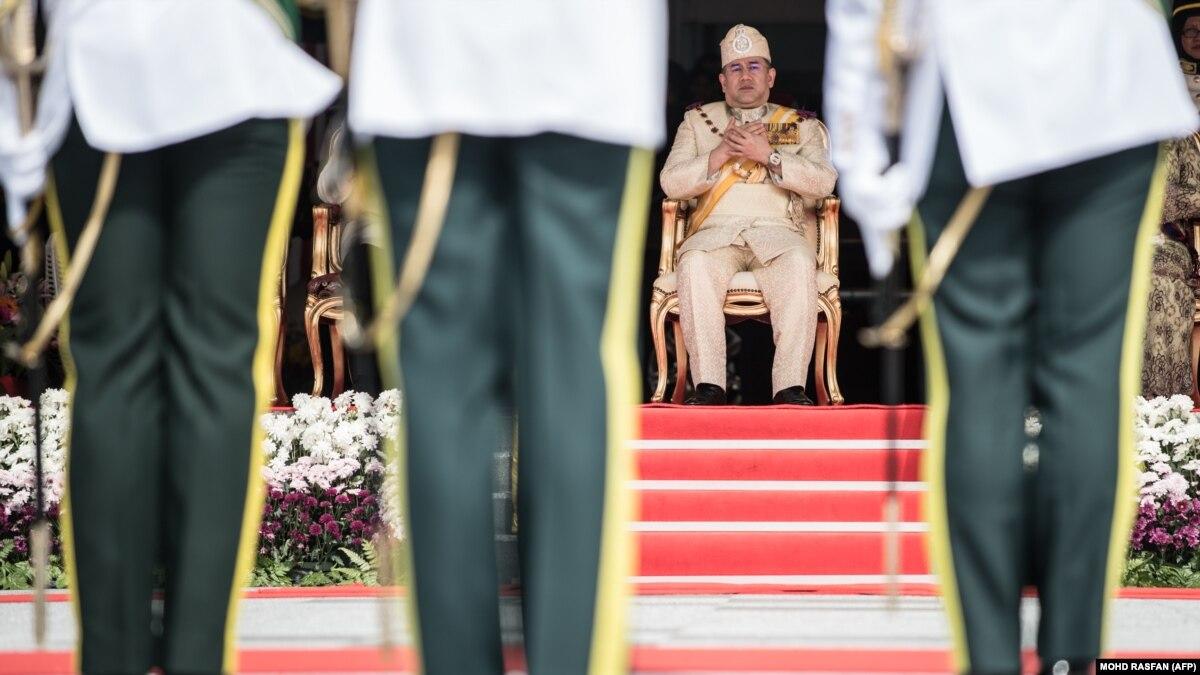 """Женатый на """"Мисс Москва"""" монарх Малайзии отрекся от престола"""