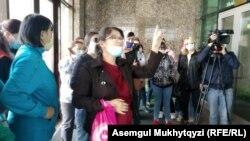 Матери, требующие упразднить лимит на участие в жилищной программе «Бакытты отбасы», в здании министерства индустрии и инфраструктурного развития Казахстана. Нур-Султан, 21 мая 2020 года.
