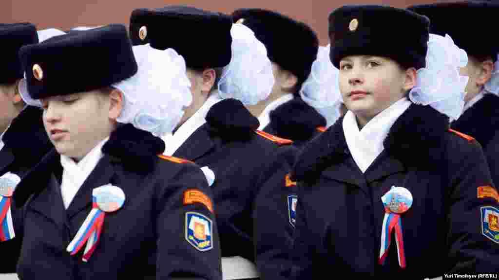 По Красной площади прошли воспитанники кадетских корпусов и участники различных патриотических организаций.