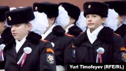 Курсантки на параде на Красной площади в Москве 7 ноября 2011 года