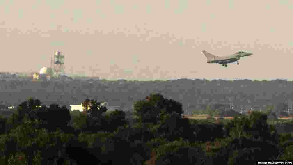 Британський військовий літак «Тайфун» приземляється на базі на острові Кіпр після відпрацьованих авіаударів по військово-хімічних об'єктах у Сирії.
