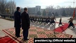 Президент Сооронбай Жээнбеков менен экс-президент Алмазбек Атамбаев. 24-ноябрь, 2017-жыл.