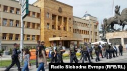 Бројни полициски сили го обезбедуваат македонското Собрание, откако демонстранти вчера упаднаа во Парламентот и тепаа.