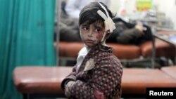 Сырыя. Паранены хлопчык чакае ўнутры палявога шпіталя пасьля авіяўдараў і артылерыйскіх абстрэлаў у Дамаску. 22 красавіка 2015 году