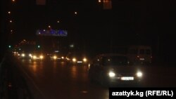 Бишкектин борбордук Манас көчөсүндөгү чырактар да кечинде ушинтип үрүл-бүрүл гана жанып калат. 25-декабрь.