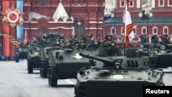 Мәскеудегі парадқа қатысып жатқан Ресей әскері мен әскери техникалары. 9 мамыр 2017 жыл (Көрнекі сурет).