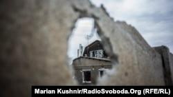 Зруйнована обстрілами будівля у Станиці Луганській (ілюстраційне фото)