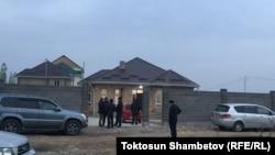Возле дома Улана Салянова. Бишкек, 6 ноября 2017 года.