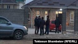 Улан Саляновду 6-ноябрга караган түнү Бишкектеги Көк-Жар жаңы конушундагы өз үйүнөн атып кетишкен. Сүрөттө Улан Саляновдун үйү.
