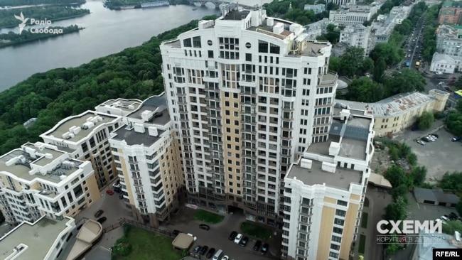 Володимир Зеленський іноді мешкає у своїй квартирі у будинку на вулиці Грушевського в центрі Києва