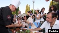 Դերասան Ռաֆայել Քոթանջյանը Սարդարապատում կայացած տոլմայի փառատոնում, 14 հուլիս, 2011