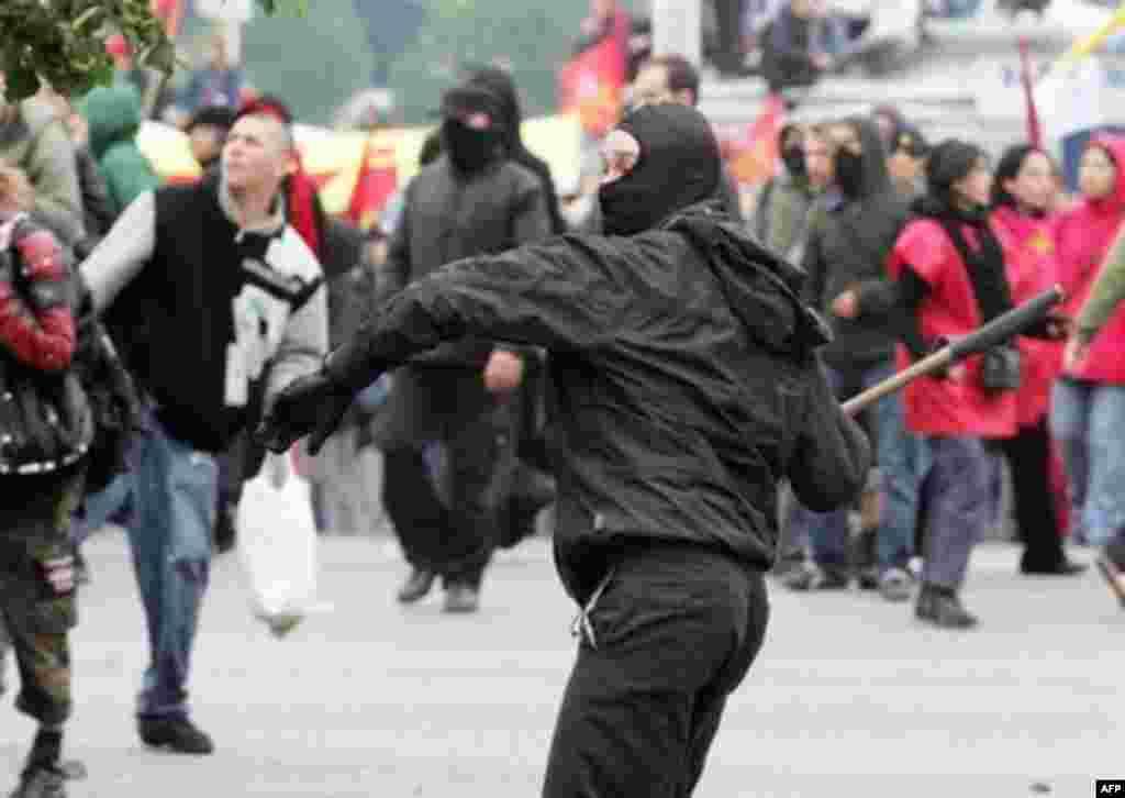 مخالفان در تظاهراتی که قرار بود آرام باشد، دست به شورش زدند