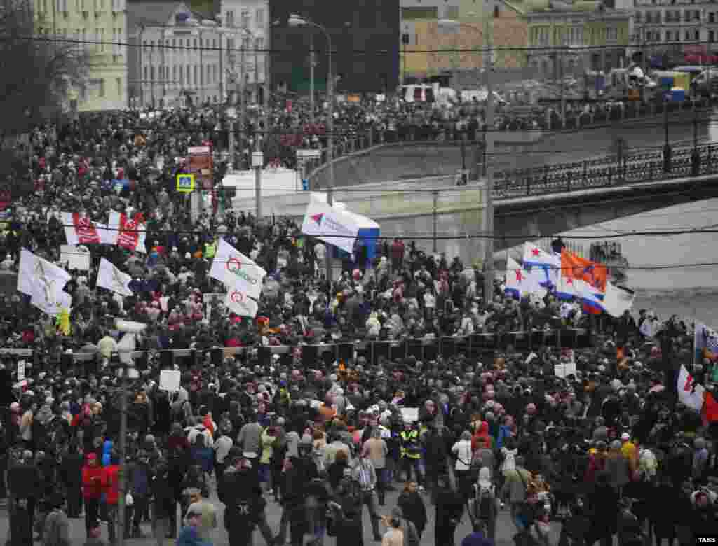 "The opposition said ""tens of thousands"" had turned out in Moscow for the rally, while Moscow police put the figure at some 8,000."