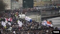 Сторонники оппозиции идут по Москве, чтобы присоединиться в митингу на Болотной площади, 6 мая 2013 года.