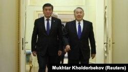 Президенты Кыргызстана и Казахстана Сооронбай Жээнбеков и Нурсултан Назарбаев во время встречи в Астане. 25 декабря 2017 года.