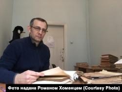 Роман Хоменець під час роботи з архівними документами