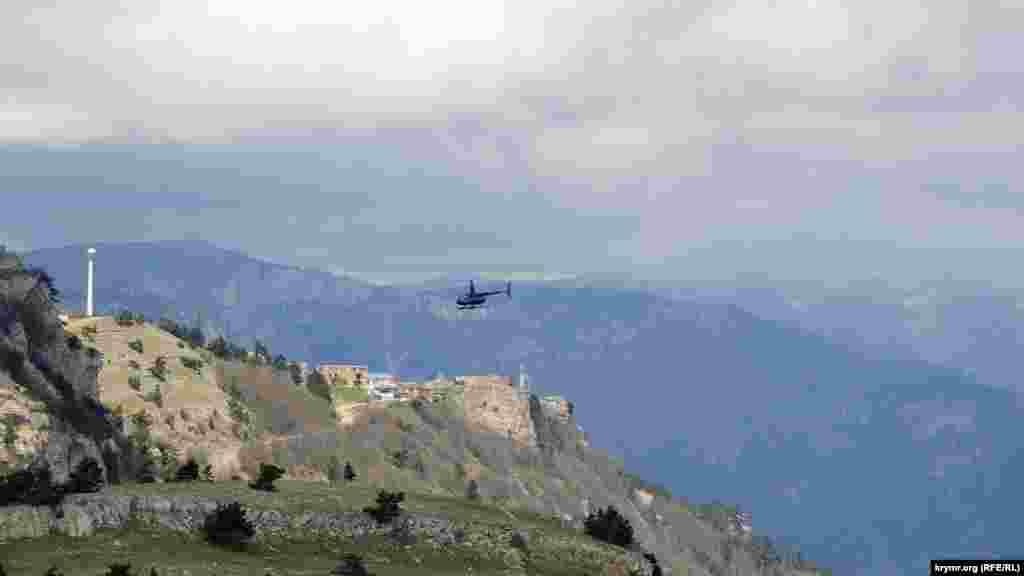 Вертоліт над Ай-Петрі, внизу видно серпантин