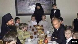 В последние годы Владимир Путин разговляется на Рождество в монастырях за пределами Москвы. Звенигород, январь 2004 года