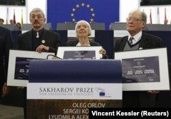 Правозахисники (зліва направо) Олег Орлов, Людмила Алексєєва та Сергій Ковальов під час вручення їм премії імені Сахарова. Страсбург, 16 грудня 2009 року
