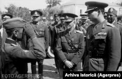 Regele Mihai și mareșalul Antonescu, inspectând trupe pe frontul de Est