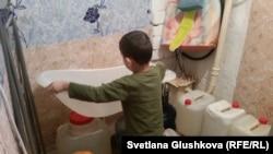 Сын Адилбека Мейрамова в ванной комнате. Астана, 28 декабря 2015 года.