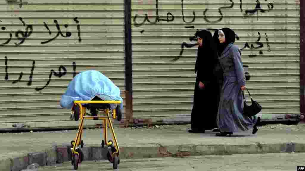 Sirija - Fotografija snimljena ispred bolnice u Aleppu, 28. august 2012. Foto: AFP / Aris Messiniss