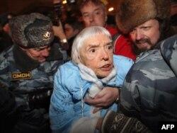 Людмила Алексеева на одной из протестных акций