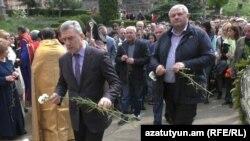 Լոռու մարզպետը և Վանաձորի քաղաքապետը հարգանքի տուրք են մատուցում Հայոց ցեղասպանության զոհերի հիշատակին, Վանաձոր, 24-ը ապրիլի, 2018թ․