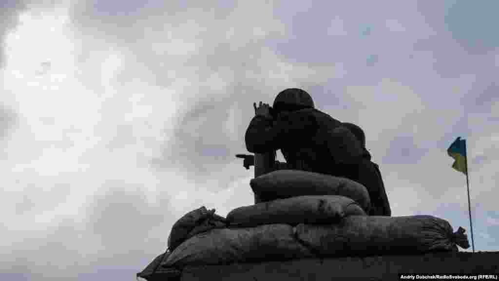 Украинские военныеведут постоянное наблюдение на блокпосту.