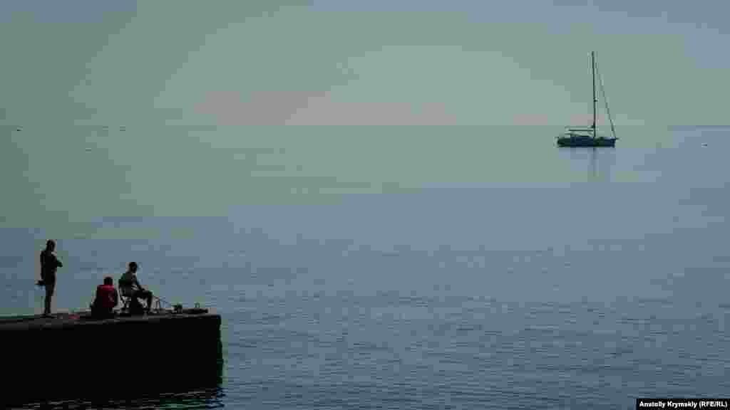 Рибалки на буні біля набережної