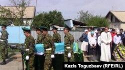 Гроб с останками одного из погибших пограничников. Алматинская область, 10 июня 2012 года.