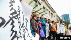 Mongoliyaliklar Xitoyning Ichki Mongoliyadagi maktablarda faqat mandarin (Xitoy) tilida o'qitiladigan sinflarni tashkil etish rejasiga norozilik bildirmoqa- Ulan-Bator, Mongoliya, 31 - avgust, 2020
