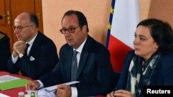 Президент Франции Франсуа Олланд (в центре) на встрече в городе Кале. 26 сентября 2016 года.