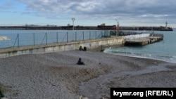 Стоки зі зливової каналізації на пляжі в Ялті
