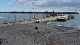 Стоки из ливневой канализации на пляже в Ялте