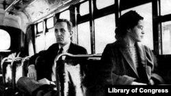 Rosa Parks (desno) u autobusu, Montgomeri, 1956.