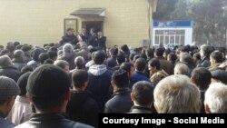 Жители города собрались перед зданием Управления Занятости