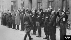 Alman SS birləşmələri Varşavanın yəhudi gettosunda (1943)