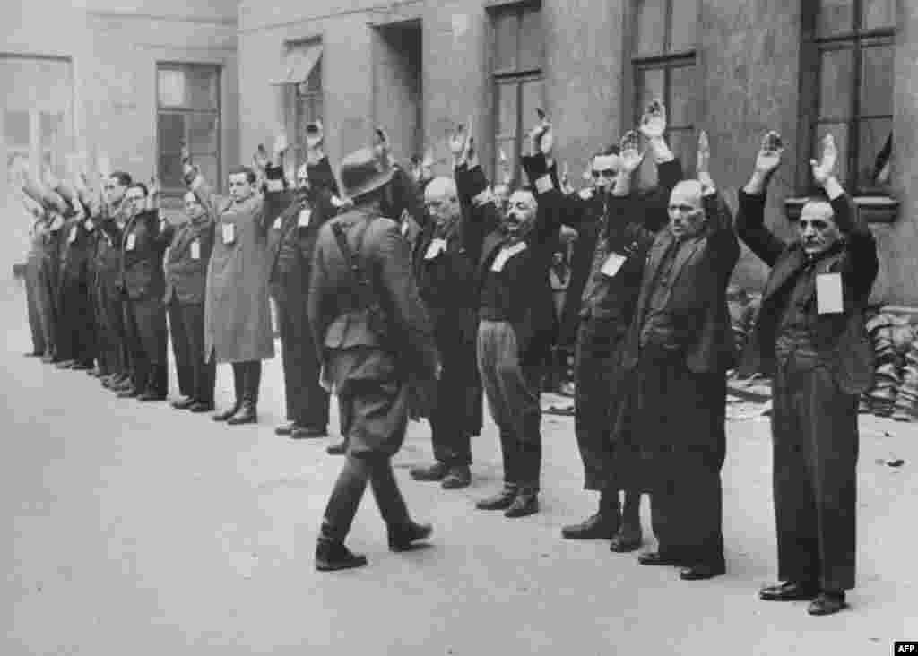 ГЕРМАНИЈА / ПОЛСКА - 96-годишна поранешна секретарка на СС командант во нацистички концентрационен логор, ќе оди на суд на 30 септември во северниот германски град Ицехо, што е една од првите жени вмешани во злосторства од нацистичката ера која ќе биде гонета по поминати децении. (Фотографијата е од инспекција спроведена од нацистички војник во еврејско Гето во Варшава, Полска, април 1943)