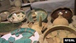 Ученые раскопали множество культурных слоев, обнаружили уникальные артефакты прошлого: амфоры, большие винные кувшины, свыше 500 нумизматических единиц, много глазурной керамики - персидской, иранской, грузинской и разных регионов Кавказа, китайский фаянс