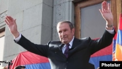 Armenia - Opposition leader Levon Ter-Petrosian waves to thousands of supporters rallying in Yerevan's Liberty Square, 31May2011.