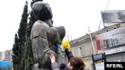 В международный женский день некоторые грузинские правозащитные организации решили провести акцию поддержки женщинам, которые стали жертвами сексуального насилия во время августовской войны 2008 года