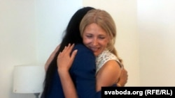Loreen hugs Natallya Pinchuk, the wife of imprisoned human rights defender Ales Byalyatski.