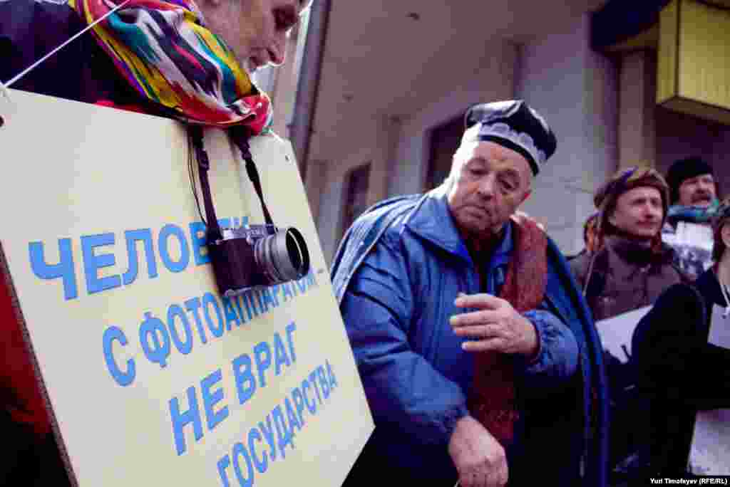Journalists rallied outside Uzbekistan's Moscow Embassy to attract attention to press freedom in the Central Asian country.