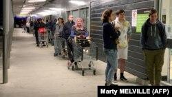 Илустрација - Новозеланѓани чекаат во ред за влез во маркет.